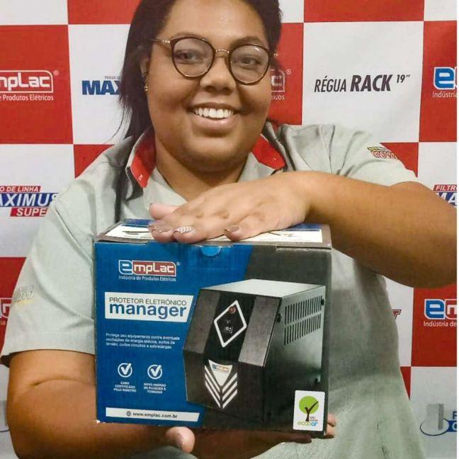 Foto mostra pessoa segurando caixa de produto da marca que leva o Selo Verde Ecooar