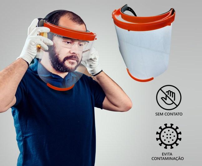 Foto mostra pessoa utilizando máscara plástica transparente para proteção contra Covid-19