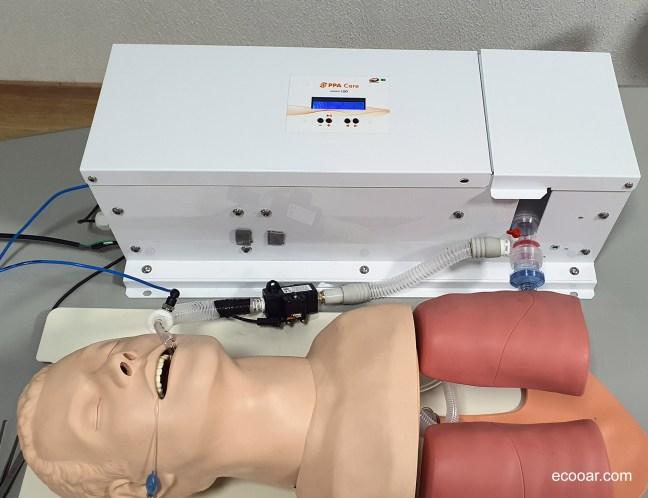 Foto contém respirador PPA 10D e junto a um boneco de testes