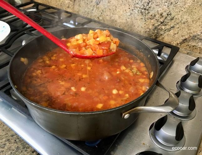 Foto mostra sopa de legumes, uma das opções de alimentação do vegetarianismo