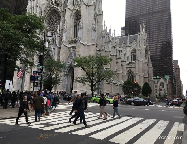 Foto mostra pessoas caminhando em frente a St. Patrick's Cathedral, em New York antes do Coronavírus