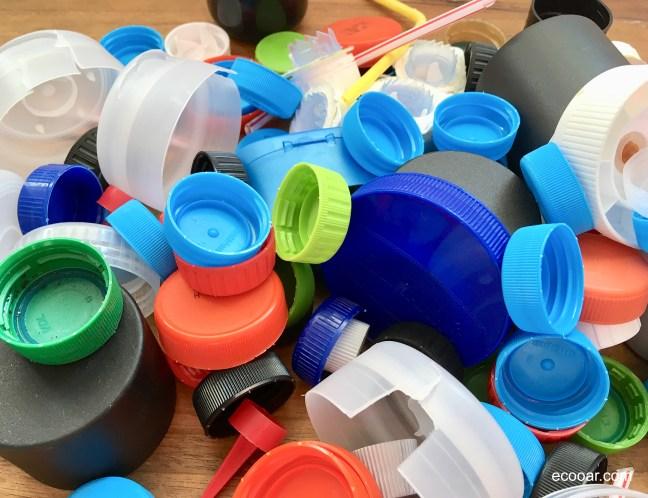 Foto mostra tampas plásticas de diversos tamanhos