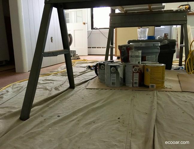 Foto mostra cavalete, tintas e uma lona cobrindo o chão