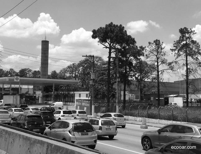 Foto mostra carros em uma rodovia