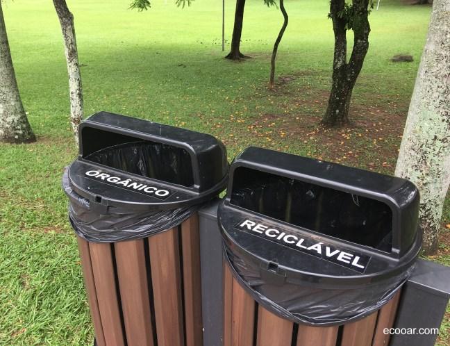 Foto mostra lixeiras com as palavras orgânico e reciclável, que indicam boas práticas na reciclagem