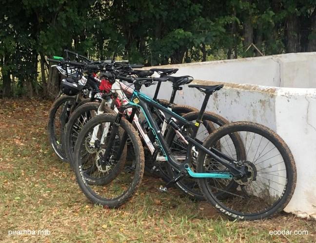 Foto mostra várias bicicletas encostadas em uma parede