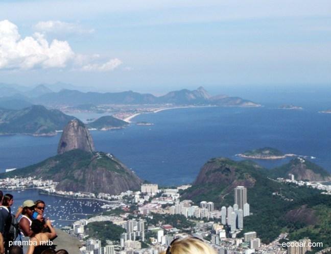 Foto mostra vista da cidade do Rio de Janeiro, com montanhas e mar ao fundo