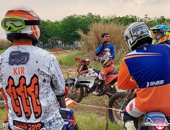 Foto mostra Rigor Rico ministrando curso para motoqueiros