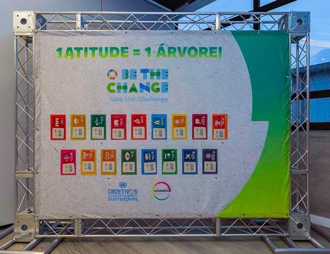 Foto mostra banner onde pode-se ver os Objetivos de Desenvolvimento Sustentável da ONU, apoiado pela Covestro