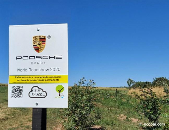 Foto mostra placa da Porsche em área de reflorestamento
