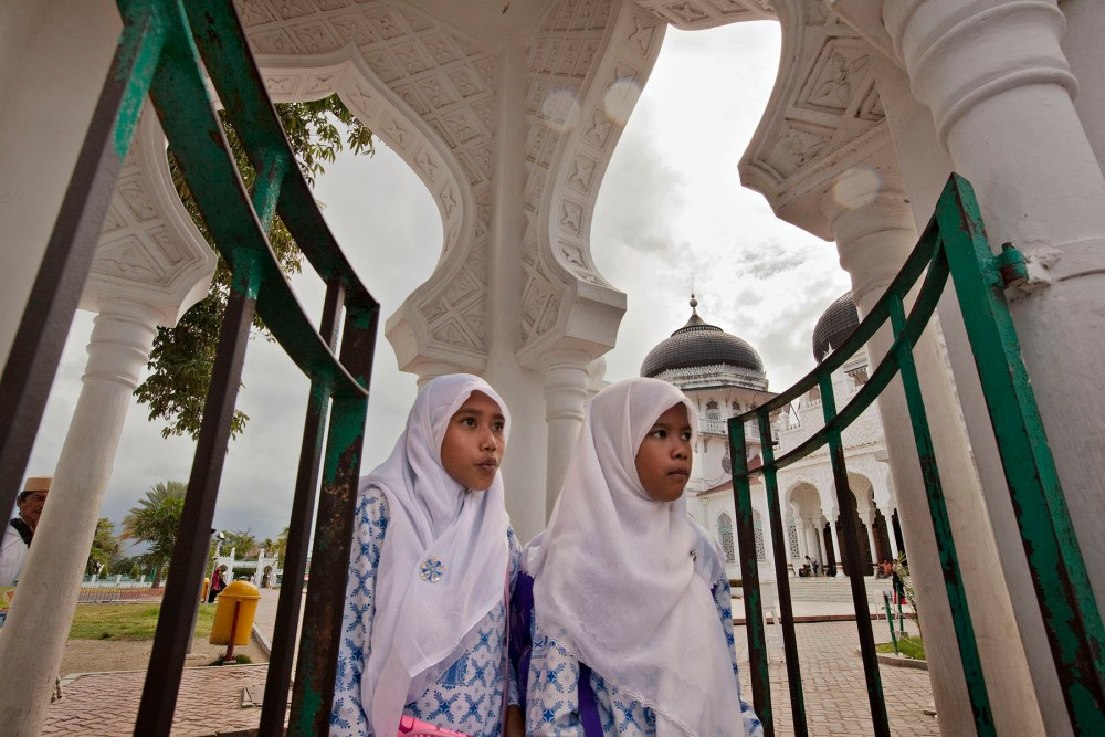 Acehnese schoolgirls walk through the grounds of Banda Aceh's main mosque Thursday Oct. 8, 2009 in Banda Aceh, Indonesia.(Photo/Ed Wray)