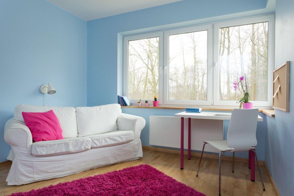 culori neutre contrastante pentru living