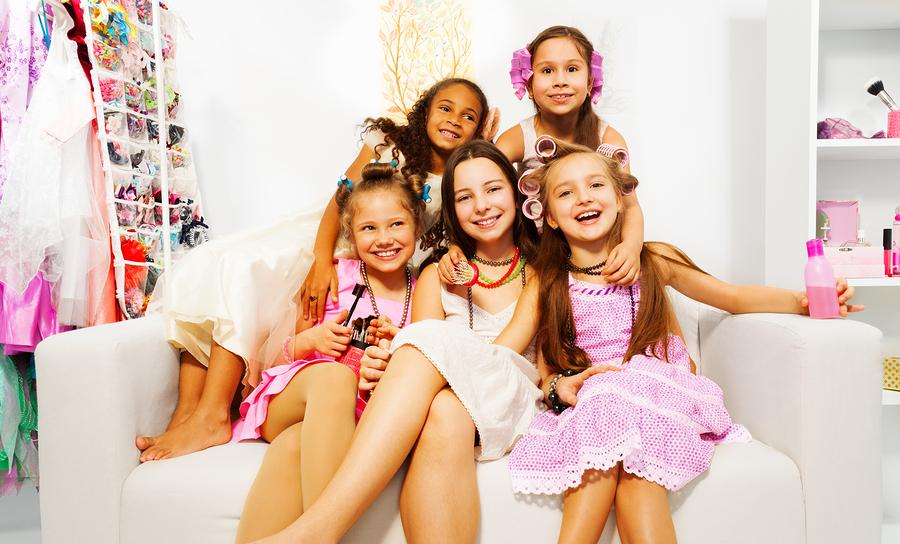 meninas se produzindo, arrumando o cabelo e se maquiando em seu próprio salão em casa