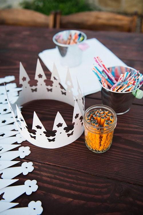 blogs-aisle-say-kids-table-ideas-paper-crowns