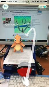 Ein Glumanda auf meinem Schreibtisch mit Erklärung zum Wurf des Pokeballs