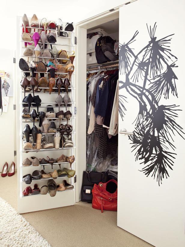 16. Si las puertas se abren para afuera y sobra espacio, los zapatos se pueden acomodar así: