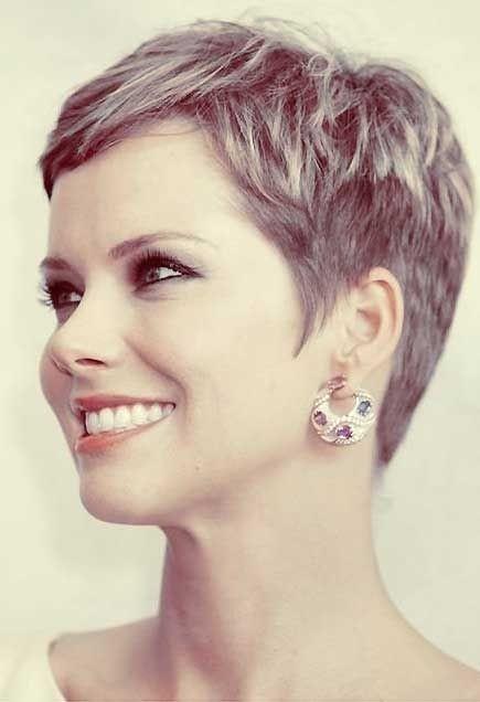 Corte de pelo corto desmechado para mujer