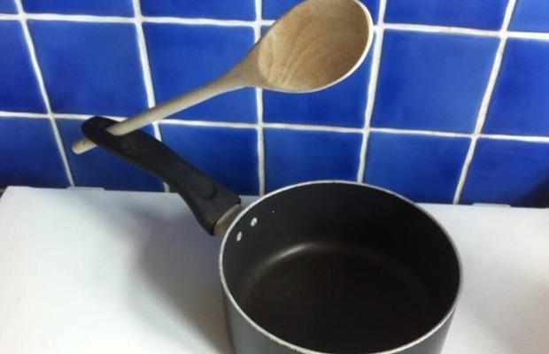 5. Mango de la olla: el agujerito que tiene el mango es para poner la cuchara mientras cocinás