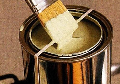 25. Usá una bandita elástica para evitar que un pincel con pintura chorree.