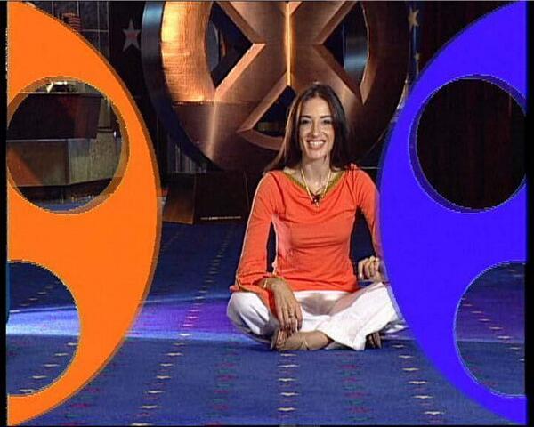 7. Mabel Marchesini, ex conductora de Nuevediario con Guillermo Andino. Hoy, hace yoga con un croma detrás.