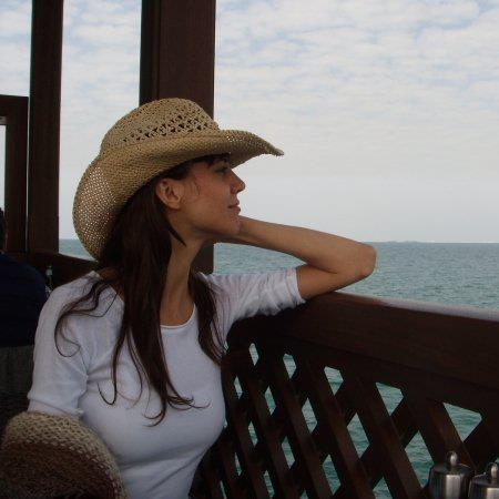 38. Sol Mantilla, ex chica Cablín. Hoy, mira el mar luciendo un sombrero de cowboy.