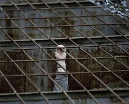 8. Cárcel de la isla de Petak, Rusia: Jaulas a la intemperie, 22 horas por día de confinamiento solitario, y por si fuera poco, un máximo de 2 visitas al año. Todo sumado a la tetricidad de las cárceles rusas.