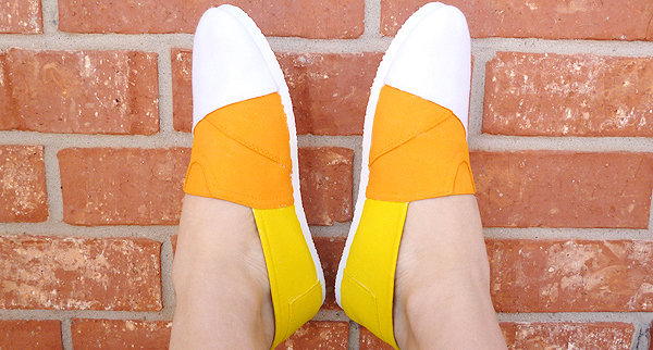 2. Seguir las costuras de la alpargata o zapatilla, o ir haciendo el ejercicio de arriba por sectores