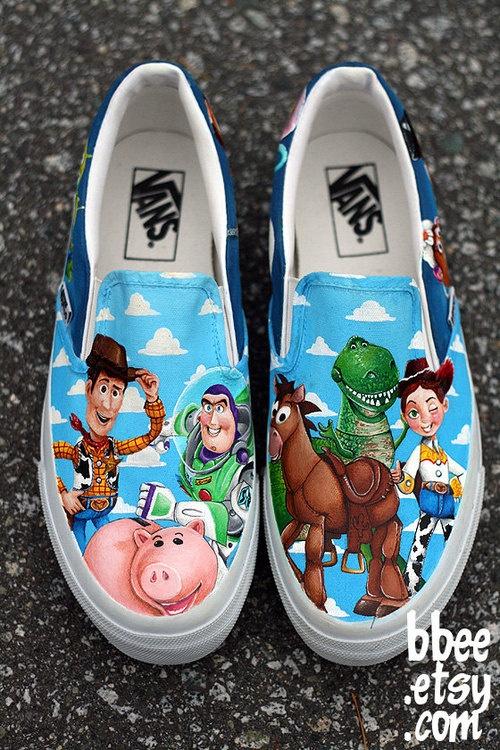 28. O con todos los personajes principales de la película Toy Story