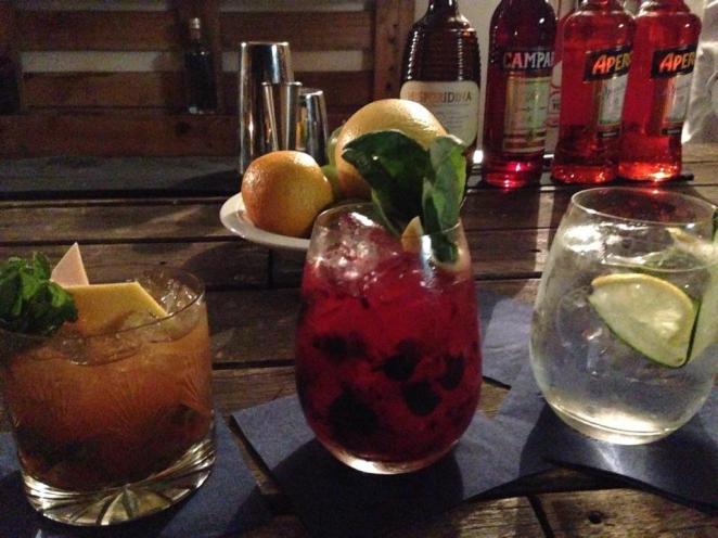 Recomendado: 1387 (gin, Campari, azúcar de jengibre (un hit de la casa), exprimido de pomelo, soda de limón y aceite de lima)