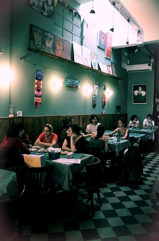 Un bodegón español que hace culto al vermut y a las tapas madrileñas. Para sentarse con los chicos del barrio que quieran salir de la burbuja palermitana y tengan ganas de disfrutar de las raíces ibéricas que muchos compartimos.