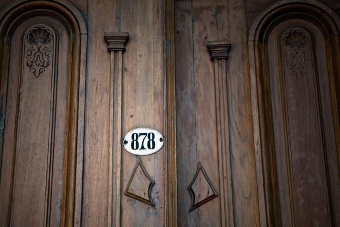 Una puerta que sólo dice 878. Así se ingresa a este bar y es amor a primera vista. Hermosa ambientación con mesitas intimas y luces bajas, perfecto para pasar una velada romántica con tu +1.