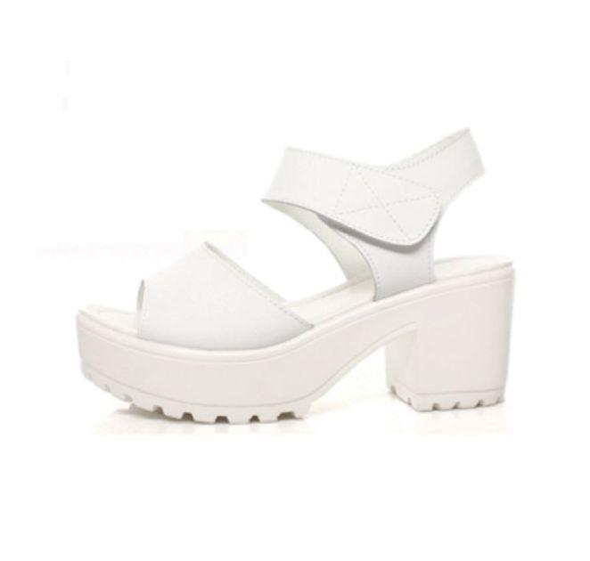 3. Antes los zapatos blancos eran de novia, de enfermera o de prostituta. Ahora estamos todas chochas con este horror.
