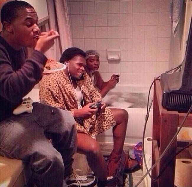 19. Estos chicos agotaron las opciones de cosas para hacer en el baño
