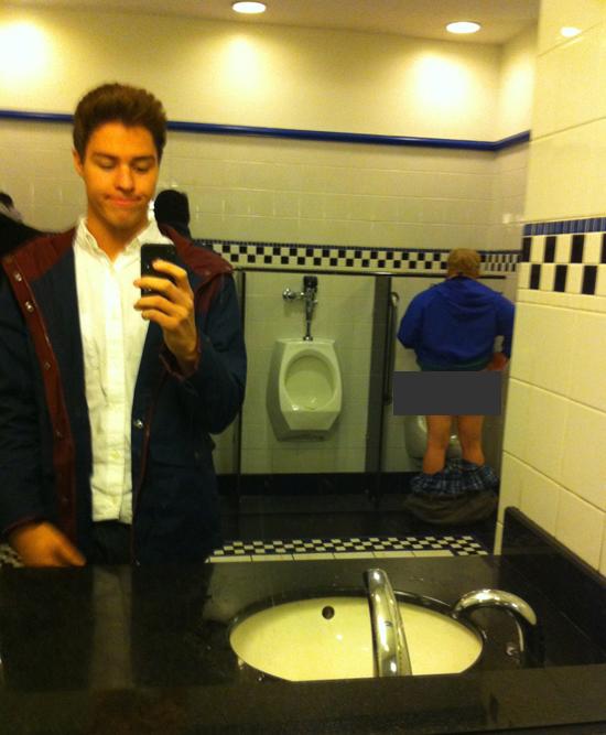 2. Sin códigos con el que está haciendo pis. Aunque ¿es necesario bajarse tanto los pantalones?