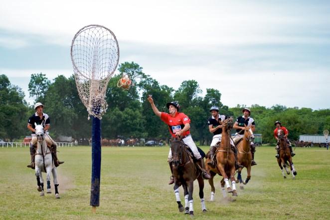 2. Aunque el deporte más popular en Argentina es el fútbol, el deporta nacional es el pato (se llama así porque originalmente se usaba un pato real para jugar).