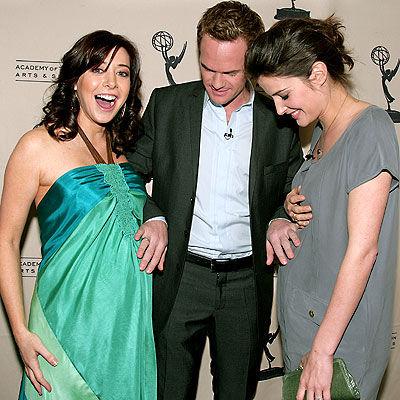 4. Las actrices de Lily y Robin estaban embarazadas durante la temporada 4, pero como sus personajes no lo estaban, lo disimularon con un gran trabajo de cámaras.