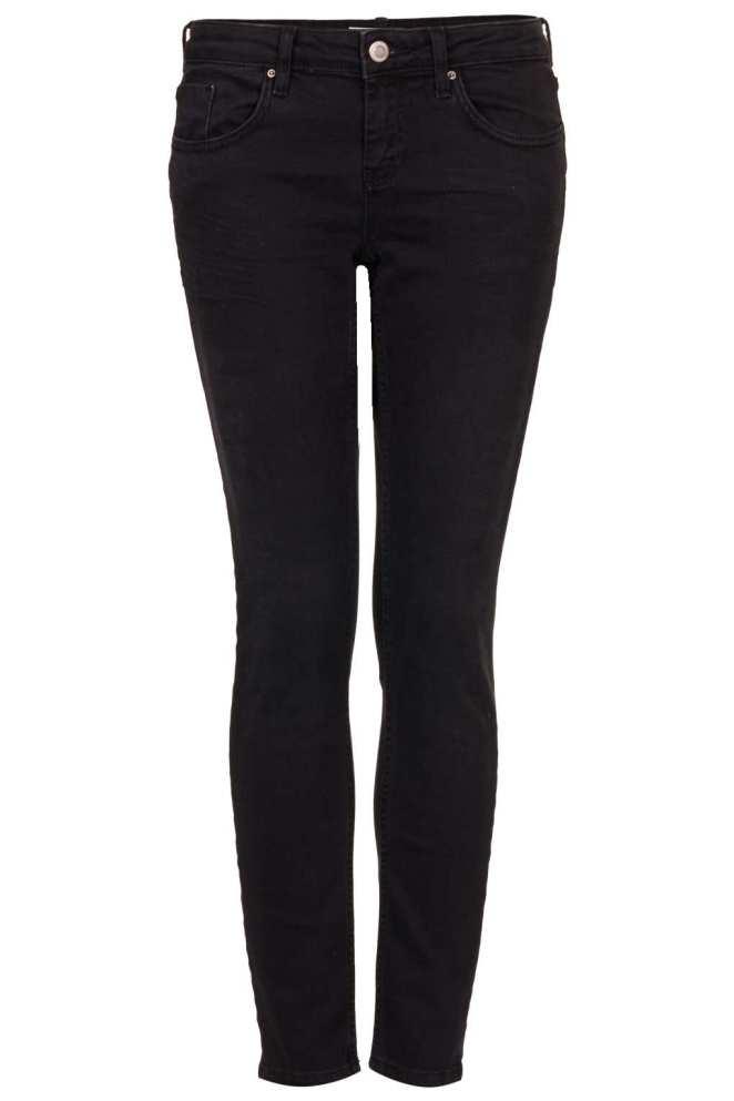 6. Pantalón negro: antes relacionabamos el pantalón negro con un pantalón de vestir, ahora viene en muchos materiales y el de gabardina es de lo mas combinable.
