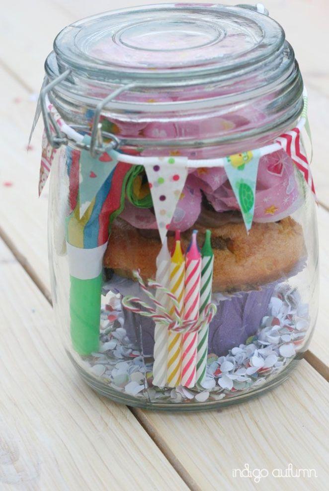 5. ¿Es un cumple? banderines, papel picado, un moño, un cupcake y las velitas.