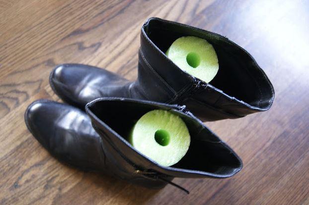 7. Para que las botas de caña alta no se te doblen, usá tubos de espuma (más conocidos como