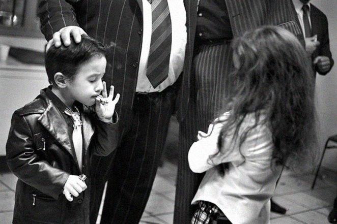 17. Niño gitano de 5 años de edad en la víspera de Año Nuevo 2006. En la comunidad gitana de St. Jacques, Perpignan, sur de Francia. Es bastante común en St. Jacques para los niños pequeños fumar.