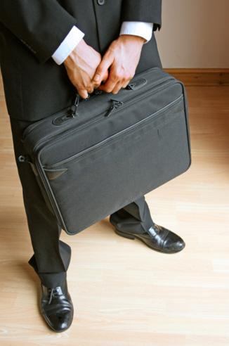 1. Tapate con un maletín o mochila, nadie va a sospechar de un empresario o de un chico que estudia