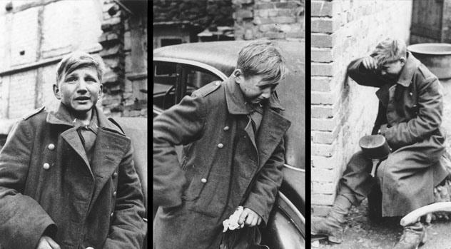 2. Joven soldado llorando: Este chico de 16 años llamado Hans - Georg Henke era un miembro de la juventud Hitleriana, que se acababa de enterar que la guerra aparentemente había terminado. Es impactante ver a alguien de esa edad vestido para matar.