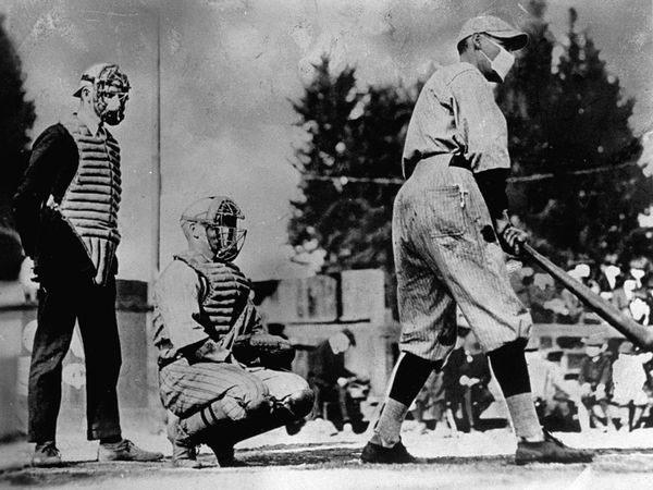 3. La fiebre amarilla en España: La fiebre amarilla ocasionó un total de 100 millones de muertos, 6 veces la cantidad de gente que murió en la primera guerra mundial. Acá vemos a unos chicos jugando beisbol, completamente equipados para no contagiarse.