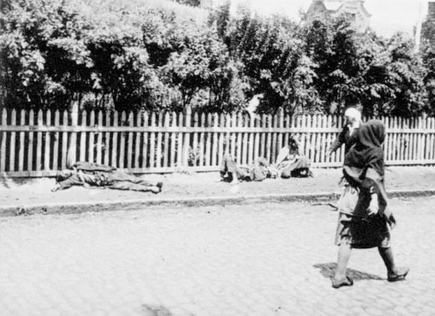 6. Hambruna en Ucrania: Esta foto tomada en 1933 muestra la realidad que se vivía en Ucrania en ese momento: No sólo había hambruna, sino que la gente ya le era indiferente a la muerte: Un tipo camina por la calle y otros dos yacen muertos.
