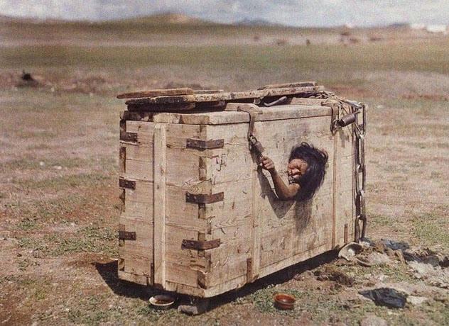 8. Mujer en Mongolia: Esta foto es parte de una colección del fotógrafo Stefan Passe por la recientemente independizada Mongolia. En ella, vemos uno de sus castigos primitivos: La mujer fue condenada a morir de hambre.