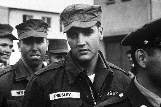Elvis Presley en el ejército, con cara de aburrido