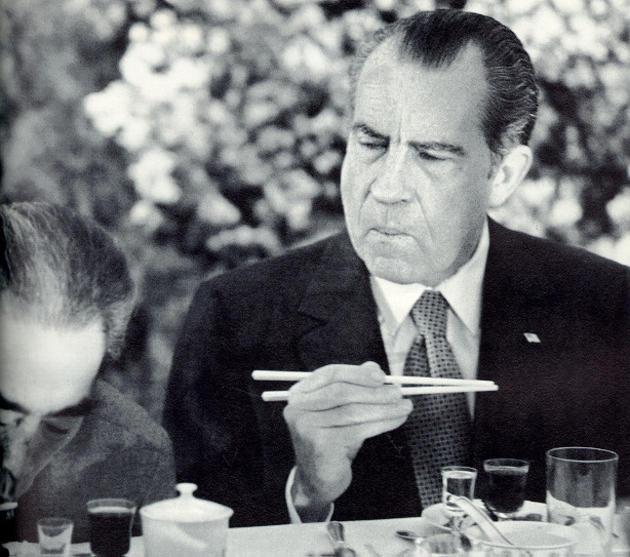 Nixon no sabe usar palitos chinos