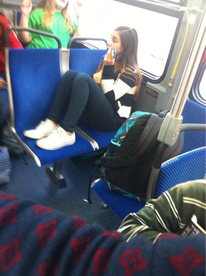 1. La gente que ocupa más de un asiento en el transporte público