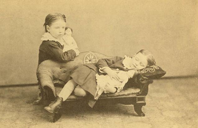 2. Debido a la alta tasa de mortalidad infantil, esta era la mejor manera de conmemorar a los familiares perdidos, ya que en esa época se podía tratar de la única foto junto a toda la familia.