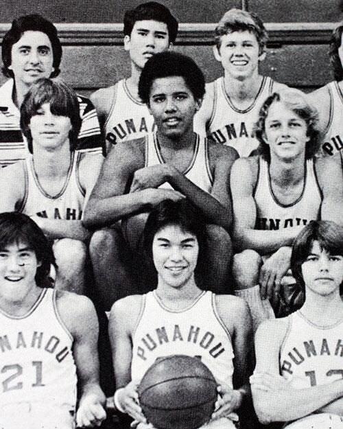 1. Barack Obama con su equipo de básquet de la secundaria.